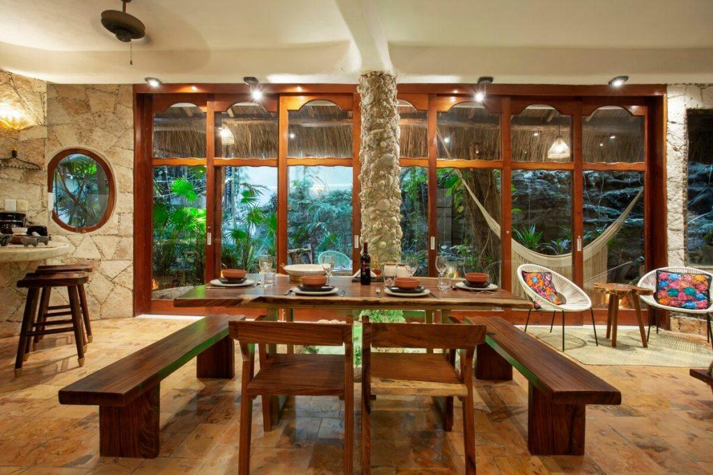 salon en un airbnb de playa del carmen con cenote privado